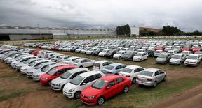 Carros novos estacionados em área de estoque de fábrica da Volkswagen em Taubaté. 19/06/2015 REUTERS/Paulo Whitaker