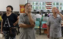 A Wuhan. Les Bourses chinoises ont de nouveau fortement reculé mardi, l'effet des multiples mesures de soutien annoncées par Pékin ces derniers jours s'estompant rapidement, d'autant que le Premier ministre, Li Keqiang, n'a pas une seule fois évoqué le sujet dans un discours pourtant axé sur la situation économique. /Photo prise le 3 juillet 2015/REUTERS/China Daily