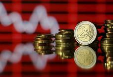 Varias monedas de euro en una ilustración fotográfica el 30 de junio de 2015. La bolsa de Atenas seguirá cerrada hasta el miércoles, dijo la Comisión Griega de Mercados de Capital, en línea con el cierre de los bancos del país mientras Grecia se apresura para evitar una bancarrota y permanecer en el euro. REUTERS/Dado Ruvic