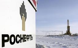 Логотип Роснефти у буровой установки на Ванкорском месторождении 25 мая 2015 года. Роснефть подписала с двумя египетскими компаниями основные условия будущих контрактов на поставку нефтепродуктов, сжиженного углеводородного газа (СУГ) и сжиженного природного газа (СПГ), сообщила Роснефть во вторник. REUTERS/Sergei Karpukhin