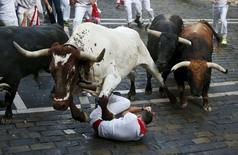 Touros passam por homem caído durante corrida de touros de São Firmino em Pamplona, na Espanha. 07/07/2015 REUTERS/Susana Vera