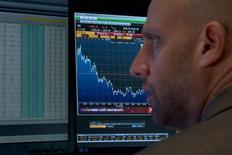 Un operador trabajando en su puesto en la Bolsa de Nueva York, 6 de julio de 2015. Las acciones caían el martes en la bolsa de Nueva York, en medio de preocupaciones por una desaceleración en China que pesaba sobre los precios de las materias primas e inversores nerviosos por la reunión de lideres europeos en Bruselas para discutir un programa de rescate para Grecia. REUTERS/Brendan McDermid
