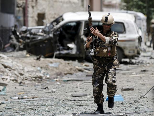 7月7日、アフガニスタンのガニ大統領は、反政府武装勢力タリバンと協議を行う代表団をパキスタンに派遣したと明らかにした。写真は自爆攻撃が起きたカブールの現場(2015年 ロイター/Mohammad Ismail)