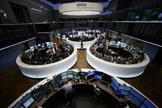 Les principales Bourses européennes ont ouvert en hausse mercredi, dans le sillage des marchés américains la veille, alors que la zone euro s'est donné jusqu'à dimanche pour trouver un terrain d'entente avec la Grèce.  Une vingtaine de minutes après le début des échanges, le Cac 40 gagne 0,56% et le Dax avance de 0,32% à Francfort. /Photo prise le 29 juin 2015/REUTERS/Ralph Orlowski