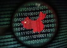 Un mapa de China, visto a través de una lupa, en la pantalla de un computador que muestra digitos binarios, en Singapur, ilustración fotográfica, tomada el 2 de enero de 2014. El Parlamento de China publicó un proyecto de ley sobre ciberseguridad que consolida el control de Pekín sobre los datos, con consecuencias que podrían ser significativas para los proveedores de internet y para las multinacionales que operan en el país. REUTERS/Edgar Su/Files