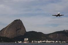 Avião sobrevoando o Rio de Janeiro.  01/07/2015    REUTERS/Sergio Moraes