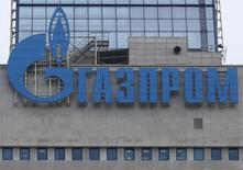 Логотип Газпрома на штаб-квартире компании в Москве 24 февраля 2015 года. Туркмения - крупнейший поставщик природного газа в Центральной Азии - обвинила российский концерн Газпром в том, что он не платит за поставки туркменского газа с начала 2015 года. REUTERS/Maxim Zmeyev