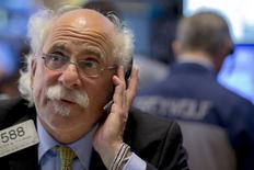 Un operador trabajando en la bolsa de Wall Street en Nueva York, jul 6, 2015. Las acciones de Estados Unidos caían el miércoles después de la apertura y el promedio industrial Dow Jones pasaba a operar en territorio negativo para el año, en la medida en que los mercados chinos acentuaban su desplome y la crisis de deuda griega se prolongaba. REUTERS/Brendan McDermid