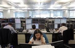 Трейдеры в торговом зале инвестбанка Ренессанс Капитал в Москве 9 августа 2011 года. К закрытию торгов российские фондовые индексы смогли частично восстановиться, но все же демонстрируют заметное снижение. REUTERS/Denis Sinyakov