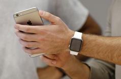 Le prochain iPhone d'Apple donnera lieu à une production de lancement sans précédent d'ici la fin de l'année, écrit le Wall Street Journal. Apple aurait demandé à ses sous-traitants de fabriquer de 85 à 90 millions d'exemplaires de deux nouveaux modèles aux écrans de 4,7 et 5,5 pouces, les mêmes que ceux des modèles 6 et 6 Plus. /Phoot prise le 24 avril 2015/REUTERS/Jason Reed