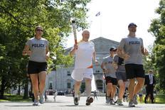 Governador do Canadá, David Johnston, carrega a tocha olímpica em Ottawa. 30/06/2015 REUTERS/Chris Wattie