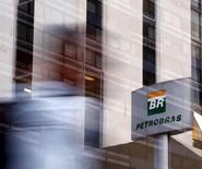 Logo da Petrobras em prédio da estatal em São Paulo. 23/04/2015 REUTERS/Paulo Whitaker