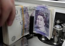 La Banque d'Angleterre n'a pas modifié son taux d'intervention, qui reste au plus bas record de 0,5%, l'institut d'émission tentant d'établir un équilibre entre une meilleure croissance des salaires en Grande-Bretagne et une accumulation de nuages sur l'économie mondiale. /Photo d'archives/REUTERS/Sukree Sukplang