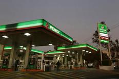 Una bencinera Pemex en Ciudad de México, 13 de enero de 2015. La petrolera estatal mexicana Pemex abandonó la licitación de la primera fase de la llamada Ronda Uno de contratos de exploración y explotación de hidrocarburos, presionada por el desplome de sus ingresos ante los bajos precios mundiales del petróleo, dijo el miércoles el Gobierno. REUTERS/Edgard Garrido