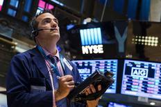 Un operador mira un tablero en la Bolsa de Nueva York, 8 de julio de 2015. Las acciones de Estados Unidos abrieron al alza el jueves después de que el mercado bursátil chino se recuperó y de que las minutas de la reunión de junio de la Reserva Federal mostraron la posibilidad de un aplazamiento en el alza de las tasas de interés. REUTERS/Lucas Jackson