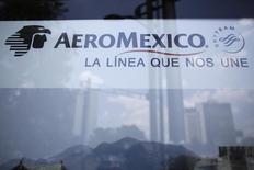 Una propaganda de la aerolínea AeroMéxico, en Ciudad de México, 28 de agosto de 2014. Grupo Aeroméxico, la mayor aerolínea de México, está en el centro de una investigación de la autoridad antimonopolios del país por presunta colusión, que la llevó a realizar una redada en la principal oficina de la empresa a inicios del año, dijeron a Reuters dos personas con conocimiento del tema. REUTERS/Tomas Bravo