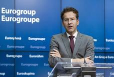Jeroen Dijsselbloem (photo), président de l'Eurogroupe des ministres des Finances de la zone euro, a reçu de nouvelles propositions de réformes de la part du gouvernement grec, qui espère obtenir en échange un nouveau plan de sauvetage financier. Elles seront examinés par la Commission européenne et la Banque centrale européenne. Le Fonds monétaire international (FMI) est également impliqué dans le processus. /Photo prise le 27 juin 2015/REUTERS/Yves Herman
