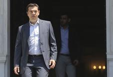 Premiê grego, Alexis Tsipras, deixa escritório em Atenas nesta quinta-feira. 09/07/2015 REUTERS/Alkis Konstantinidis