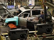 """General Motors a annoncé vendredi le rappel d'environ 780.000 véhicules de type """"crossover"""" en raison de vérins de hayons susceptibles de s'user prématurément et de provoquer la fermeture inopinée du coffre, selon CNBC. /Photo d'archives/REUTERS/Mike Cassese"""