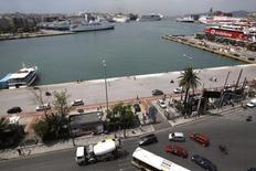 Вид на порт в городе Пирей 25 мая 2011 года. Компания APM Terminals, часть A.P. Moller-Maersk, интересуется покупкой греческих портов Пирей и Салоники, которые могут попасть в программу приватизации, если Афинам не удастся договориться о новой программе финансовой помощи. REUTERS/Yiorgos Karahalis