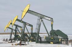 Unas unidades de bombeo de crudo ubicadas cerca de Williston, EEUU, nov 12 2014. Los futuros del petróleo caían el viernes por preocupaciones de que Irán alcance un acuerdo para levantar las sanciones sobre sus exportaciones de crudo, que contrarrestaba el optimismo de que Grecia llegue a un pacto de rescate el fin de semana para llevar alivio a los mercados globales.  REUTERS/Andrew Cullen