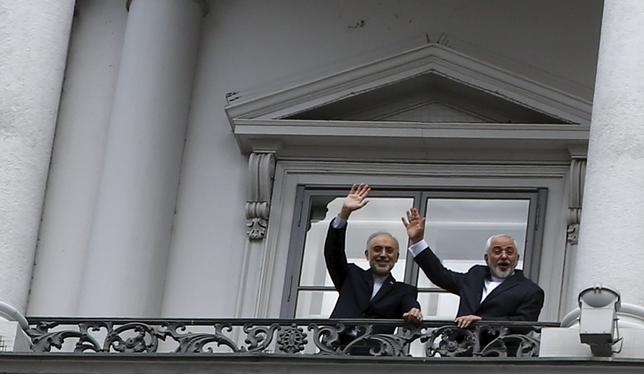 Iranian Foreign Minister Javad Zarif (R) and Iranian Atomic Energy Organization Ali Akbar Salehi (L) stand on the balcony of Palais Coburg, the venue for nuclear talks in Vienna, Austria, July 10, 2015. REUTERS/Leonhard Foeger