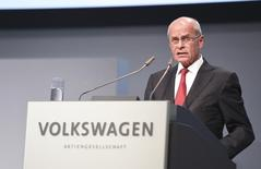 Interim chairman Berthold Huber, former boss of the IG Metall labour union, addresses the Volkswagen annual shareholder meeting in Hanover, Germany, May 5, 2015.  REUTERS/Fabian Bimmer