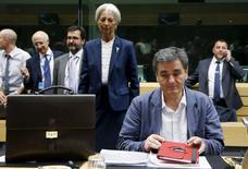 Le ministre grec des Finances, Euclide Tsakalotos, et derrière lui la directrice générale du Fonds monétaire international, Christine Lagarde. Les ministres des Finances de la zone euro ne voient pas encore de base pour l'ouverture de négociations pour un troisième plan d'aide à la Grèce, peut-on lire dans un projet de communiqué de l'Eurogroupe. /Photo prise le 12 juillet 2015/REUTERS/François Lenoir