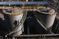Dans son rapport mensuel publié lundi, l'Opep estime que le marché pétrolier mondial devrait être plus équilibré l'an prochain grâce à une augmentation de la consommation de la Chine et à un ralentissement de la croissance de la production de schistes en Amérique du Nord et ailleurs. /Photo d'archives/REUTERS