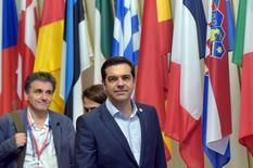 El primer ministro de Grecia, Alexis Tsipras (centro), y el ministro de Finanzas griego, Euclid Tsakalotos (izqda.) dejan una cumbre de líderes de la zona euro, en Bruselas, Bélgica, 13 de julio de 2015. Los líderes de la zona euro lograron el lunes un acuerdo con Grecia para negociar un tercer plan de rescate por 86.000 millones de euros a fin de mantener al endeudado país dentro del área monetaria, después de una cumbre de emergencia que se prolongó durante toda la noche. REUTERS/Eric Vidal