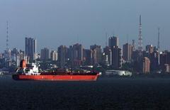 Нефтяной танкер на озере Маракайбо. 29 мая 2006 года. Организация стран-экспортеров нефти (ОПЕК) предсказывает более сбалансированный мировой рынок нефти в 2016 году, ожидая роста потребления в Китае и других развивающихся странах и более медленного повышения добычи сланцевой нефти в США. REUTERS/Jorge Silva