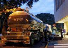 Un camión petrolero llena una bomba en una gasolinera YPF, en Buenos Aires, 25 de marzo de 2015. Argentina dejó sin efecto un programa destinado a incentivar la producción de petróleo lanzado en 2008, dado el incremento de la actividad registrada en el sector en los últimos años, según una nota publicada el lunes en el Boletín Oficial. REUTERS/Enrique Marcarian