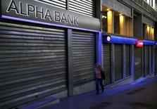 Mulher passa por bancos fechados em Atenas.   12/07/2015  REUTERS/Yannis Behrakis