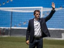 O capitão e goleiro do Real Madrid, Iker Casillas, acena a torcedores durante cerimônia no estádio Santiago Bernabeu, em Madri, na Espanha, nesta segunda-feira. 13/07/2015 REUTERS/Andrea Comas