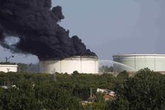 Горящая цистерна на заводе LyondellBasell под Марселем. 14 июля 2015 года. Следователи считают, что возникновение двух пожаров на предприятии нефтехимической компании LyondellBasell industries близ аэропорта Марселя не было случайностью, сообщил источник, близкий к французскому правительству. REUTERS/Philippe Laurenson