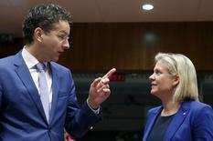 Le président de l'Eurogroupe Jeroen Dijsselbloem et la ministre des Finances suédoise Magdalena Andersson, à Bruxelles. Les responsables financiers de la zone euro cherchent un moyen d'empêcher la Grèce de faire défaut sur une échéance due à la Banque centrale européenne la semaine prochaine, aucune des six options existantes n'étant optimale. /Photo prise le 14 juillet 2015/REUTERS/François Lenoir