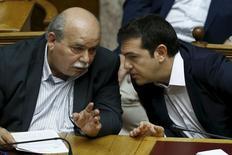 Ministro do Interior grego, Nikos Voutsis (esquerda), ao lado do premiê grego, Alexis Tsipras, durante sessão parlamentar em Atenas.  27/06/2015  REUTERS/Alkis Konstantinidis