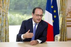 Lors de sa traditionnelle interview du 14-Juillet, François Hollande a estimé  que la future loi sur le numérique devait permettre de stimuler les créations d'entreprises et l'emploi dans les technologies nouvelles en France. /Photo prise le 14 juillet 2015/REUTERS/Alain Jocard/Pool