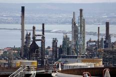 НПЗ под Марселем. 2 июля 2015 года. Нефтепереработчики на юге Европы готовы возобновить закупки иранской нефти, рассчитывая на снижение цен и повышение рентабельности. REUTERS/Philippe Laurenson