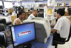 Clientes em filial das Casas Bahia em São Paulo.  21/02/2015   REUTERS/ Nacho Doce (BRAZIL - Tags: BUSINESS)