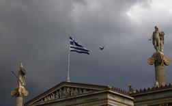 Bandeira grega vista em prédio de universidade em Atenas.    30/06/2015   REUTERS/Yannis Behrakis