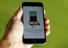 Un teléfono Iphone 6 de Apple con la aplicación Apple Pay en una ilustración fotográfica realizada en Encinitas, EEUU, jun 3 2015. Apple introdujo el martes una aplicación para pagos a través de dispositivos móviles en Gran Bretaña, con miras a captar el interés de consumidores familiarizados con el uso de tarjetas y de compras simplificadas a través de celulares y tabletas.  REUTERS/Mike Blake