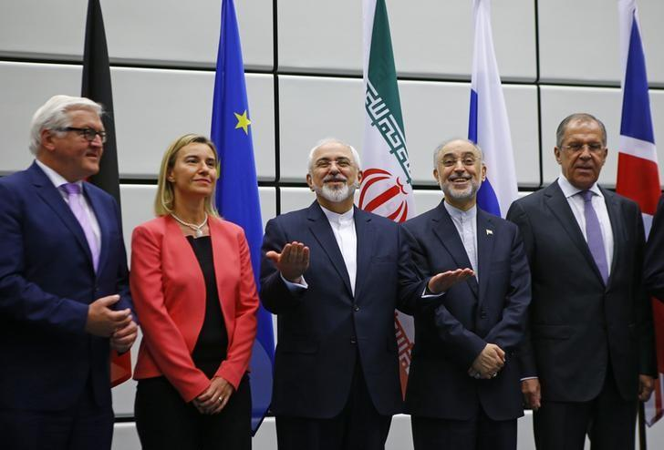 German Minister for Foreign Affairs Frank-Walter Steinmeier, High Representative of the European Union for Foreign Affairs and Security Policy Federica Mogherini, Iranian Foreign Minister Mohammad Javad Zarif, Iranian ambassador to IAEA Ali Akbar Salehi and Russian Foreign Minister Sergey Lavrov (L-R), prepare for a family photo in Vienna, Austria 14 July, 2015. REUTERS/Leonhard Foeger