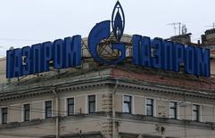"""Логотип Газпрома на здании в Санкт-Петербурге 14 ноября 2013 года. Российский Газпром сообщил во вторник, что сменил несколько топ-менеджеров для """"повышения эффективности"""" и """"централизации управления денежными потоками"""". REUTERS/Alexander Demianchuk"""