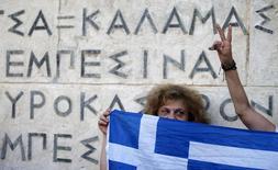 Manifestante anti-UE protesta com bandeira da Grécia em Atenas. 13/07/2015   REUTERS/Christian Hartmann