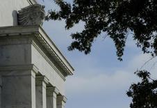 """Le siège de la Réserve fédérale, à Washington. L'activité économique a continué sa croissance aux Etats-Unis de la mi-mai à fin juin, des prix énergétiques en baisse stimulant les dépenses des ménages mais continuant en revanche de peser sur l'activité manufacturière, selon la Réserve fédérale. Dans son Livre Beige publié mercredi, la banque centrale précise que la plupart de ses représentations régionales ont décrit la croissance comme étant soit """"modérée"""" soit """"modeste"""". /Photo d'archives/REUTERS/Gary Cameron"""