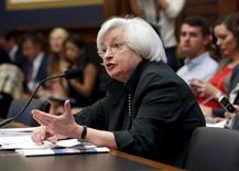La présidente de la Réserve fédérale Janet Yellen a déclaré mercredi que la banque centrale restait disposée à relever les taux d'intérêt cette année, pour autant que le marché de l'emploi s'améliore de façon régulière aux Etats-Unis et que les perturbations à l'étranger n'affectent pas gravement l'économie. /Photo prise le 15 juillet 2015/REUTERS/Yuri Gripas