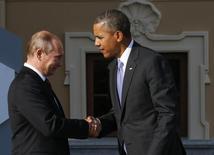 Владимир Путин приветствует Барака Обаму на саммите G20 в Стрельне. 5 сентября 2013 года. Президент США Барак Обама поблагодарил своего российского коллегу Владимира Путина в ходе состоявшегося в ночь на четверг телефонного разговора за вклад Москвы в успешное завершение переговоров об иранской ядерной программе, сообщил американский Белый дом. REUTERS/Grigory Dukor