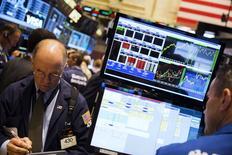 Трейдеры на фондовой бирже в Нью-Йорке. 15 июля 2015 года. Фондовые рынки США снизились в среду за счет комментариев главы ФРС и падения котировок нефтяных компаний. REUTERS/Lucas Jackson