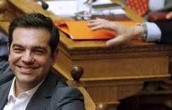 Премьер-министр Греции Алексис Ципрас на заседании парламента в Афинах. 16 июля 2015 года. Греческий парламент одобрил меры строгой экономии, которых требуют кредиторы страны в качестве условия для начала переговоров о новой многомиллиардной программе помощи, но десятки членов правящей партии Сириза не согласились с этим решением. REUTERS/Christian Hartmann
